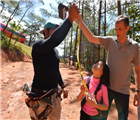 Kiểm tra dây bảo hiểm chuyên dùng cho trẻ em – Ảnh: Mai Vinh