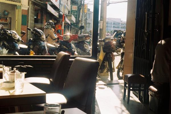 Đến Đà Lạt, tìm một góc nhỏ, nhâm nhi ly cà phê, ngắm nhìn đường phố, bạn sẽ thấy bình yên lạ.