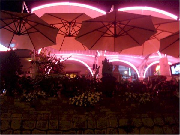 Từ ban công các quán cà phê dốc, du khách có thể ngắm hình nhịp sống của những con người nơi đây.