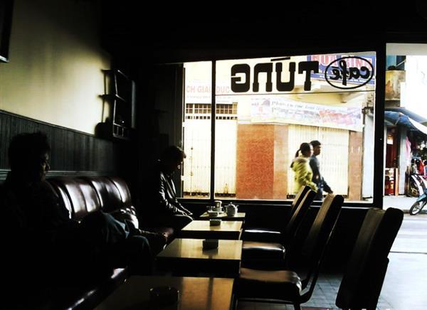 Không gian tĩnh lặng trong quán cà phê Tùng