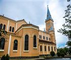 Nhà thờ Chính tòa Thánh Nicôla Bari lớn nhất Đà Lạt (Lâm Đồng) nằm trên đường Trần Phú.